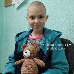 Алінка завжди допомагає іншим. Та, на жаль, рак повернувся у її життя і вона сама потребує допомоги